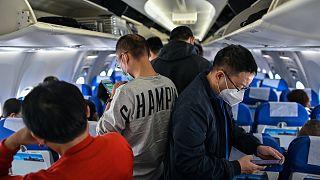 Maszkot viselnek egy Sanghajból Vuhanba tartó járat utasai