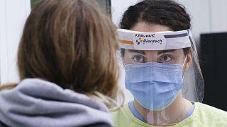Kanada'da Covid-19 tedavi merkezinde bir kadınla konuşan hemşire (arşiv)