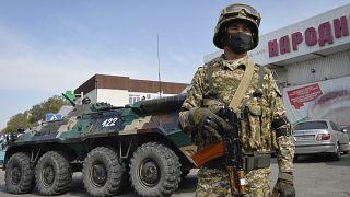Kırgız askerleri başkent Bişkek sokaklarında
