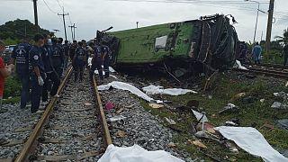 انقلبت الحافلة بعدما صدمها القطار