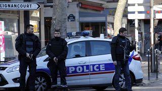 أمام أحد مراكز الشرطة في باريس