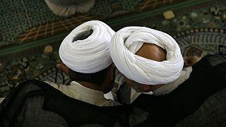 صحبتهای درگوشی دو ملای ایرانی در میانه نماز
