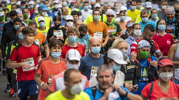 Le maratone al tempo del Covid-19. A Budapest di corsa 9000 corridori