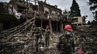 Azerbaycan Başsavcılığı, Ermenistan ordusunca Gence'ye düzenlenen füze saldırılarında 9 ölü 34 yaralı olduğunu bildirdi. Kurtarma ekipleri, vurulan evde ölü ve yaralı ararken