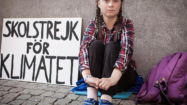 """Greta mit ihrem weltberühmten Schild """"Schulstreik fürs Klima"""""""