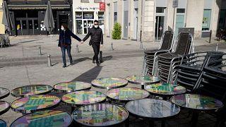 Um casal passa diante de um café encerrado na cidade francesa de Lille
