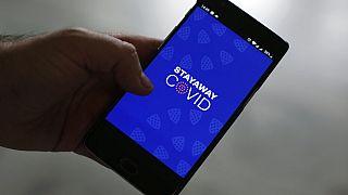Smartphone mit Covid-App
