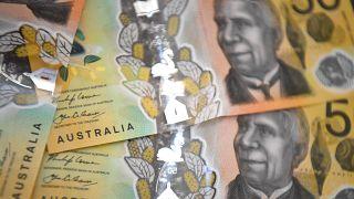 دراسة تحدد مدة بقاء الفيروس على الأوراق النقدية