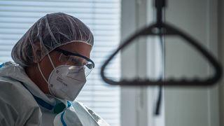 Védőruhába öltözött egészségügyi dolgozó a járványügyi bevetési egység gyakorlatán