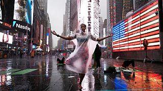 زنی در حال تمرین یوگا در تایم اسکوئر نیویورک