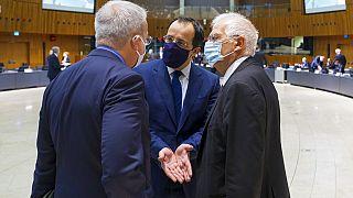Ο υπ. Εξωτερικών της Κύπρου, Ν. Χριστοδουλίδης, συνομιλεί με τον Ζ. Μπορέλ πριν την έναρξη της συνεδρίασης