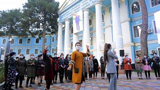 Ψηφοφόροι χορεύουν έξω από εκλογικό κέντρο στο Τατζικιστάν