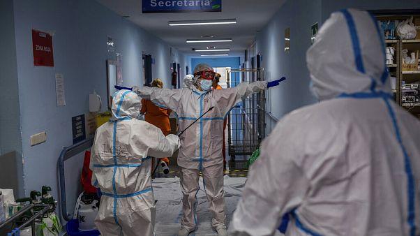 Una foto del 9 ottobre: un team medico viene disinfettato prima di lasciare il padiglione Covid-19 a Leganes, vicino Madrid