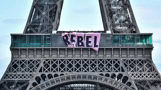 تعليق لافتة تدعو للتمرد على برج إيفل