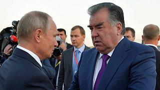 رئيس طاجيكستان إمام علي رحمن (على اليمين) يتحدث مع الرئييس الروسي فلاديمير بوتين في العاصمة دوشنبه. 2018/09/28