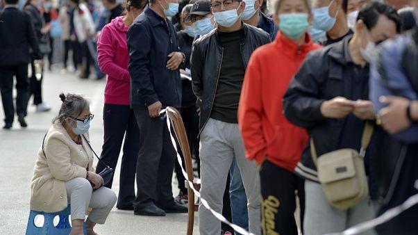 Cola para someterse a la prueba del coronavirus en Qingdao, región de Shandong, China el 12 de octubre de 2020