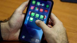 رجل يستخدم هاتفه الذكي في العاصمة اللبنانية بيرو، 17 أكتوبر 2019