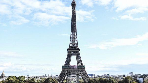 "Eiffelturm mit ""REBEL""-Transparent"
