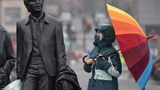 La statua di John Lennon a Liverpool, città nel mrino delle restrizioni del governo britannico.