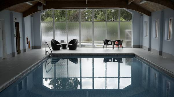 Hotel-Pool im Edgeley Holiday Park in Farley Green südwestlich von London