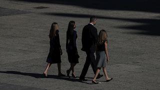 La princesa Leonor, el rey Felipe VI, la teina Letizia y la princesa Sofía  salen al final de un homenaje de estado en memoria de las víctimas de COVID-19 en julio 2020.