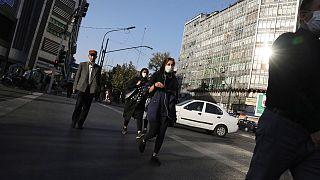 أنسا يعبرون الطريق وسط العاصمة طهران. 2020/09/20