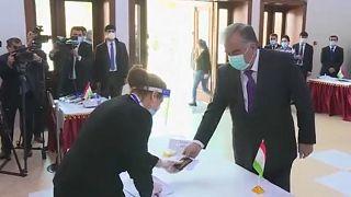 Emomali Rahmon államfő szavaz a vasárnap tartott elnökválasztáson