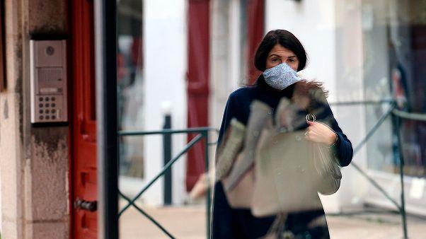 Une passante à Saint Jean de Luz, le 15 octobre 2020