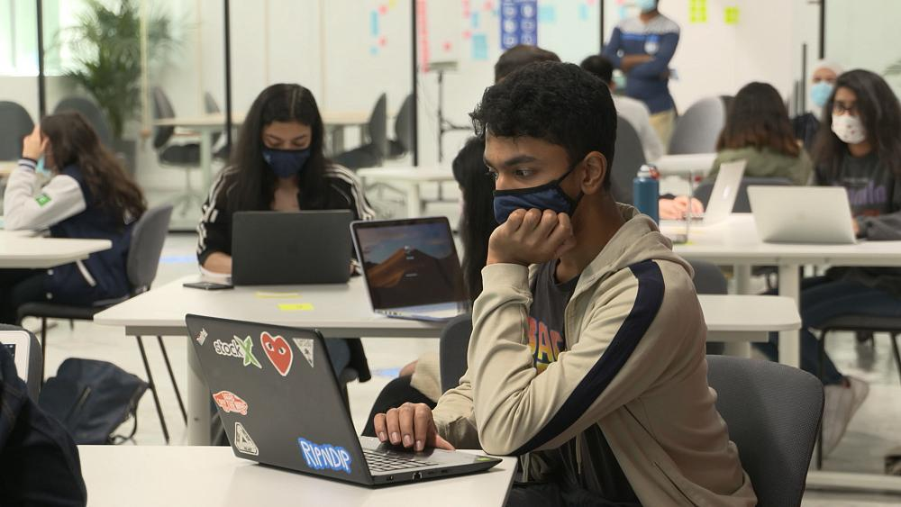 Aux Émirats arabes unis comme dans de nombreux pays du monde, l'enseignement à distance a été plébiscité lors des mesures de confinement. Où en est-on de son adoption ? Et représentera-t-il une tendance de fonds dans le monde de l'éducation ? #Focus