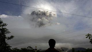 Endonezya'da harekete geçen Merapi Yanardağı'nı izleyen bir kişi (arşiv)