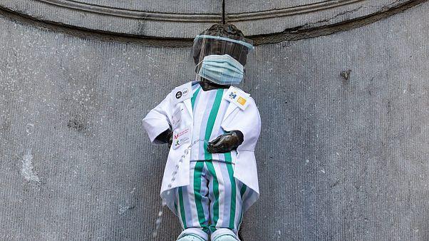Le 'Manneken Pis' habillé comme un soignant afin de rendre hommage à leur travail, Bruxelles le 5 septembre 2020