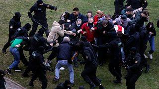 Hükümet karşıtı gösterilere müdahale eden Belarus polisi