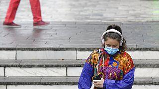 Szájmaszkot viselő nő Bukarestben