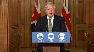 COVID-19: Τρία επίπεδα συναγερμού και νέα μέτρα στη Μεγάλη Βρετανία