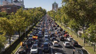 شاهد: مئات السيارات في مسيرة مناهضة لإجراءات الإغلاق في إسبانيا بدعوة من اليمين المتطرف