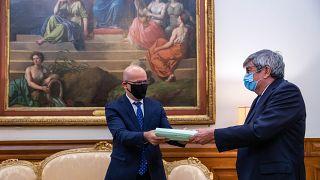 João Leão entrega Orçamento de Estado a Ferro Rodrigues