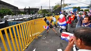 Varios manifestantes golpean las vallas de protección en la Casa Presidencial