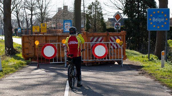 Archives : un cycliste devant une des frontières entre les Pays-Bas et la Belgique, bloquée le 23 mars 2020