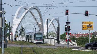 Archives : tram sur le pont Beatus-Rhenanus reliant Strasbourg, en France, à Kehl, en Allemagne, le 15 juin 2020/