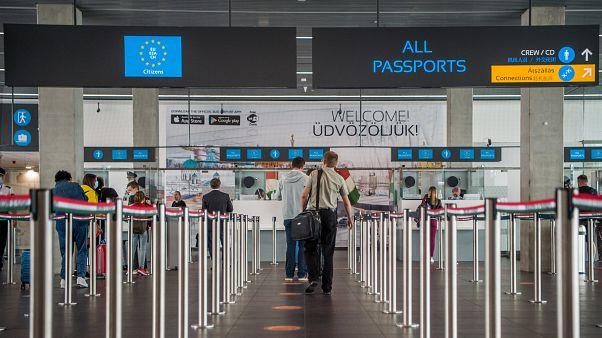 Útlevél-ellenőrzés a Liszt Ferenc Nemzetközi Repülőtéren