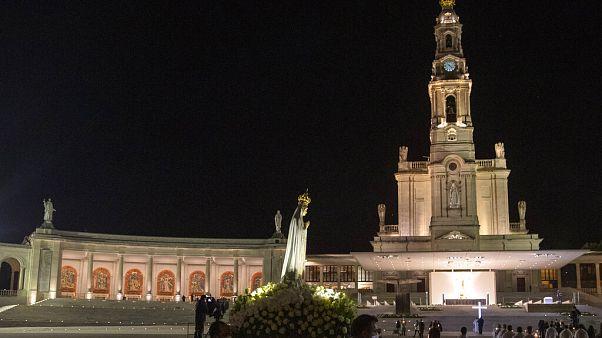 شاهد: آلاف المؤمنين يحجون إلى كنيسة القديسة فاطيما بالبرتغال