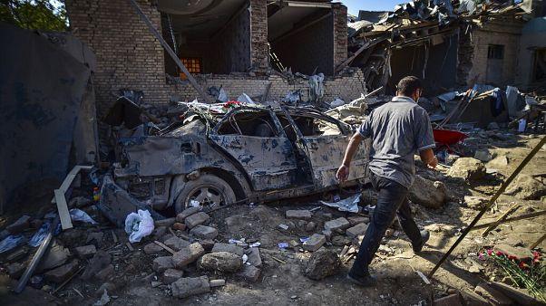 Un civil marchant dans les ruines d'une maison à Ganja en Azerbaïdjan