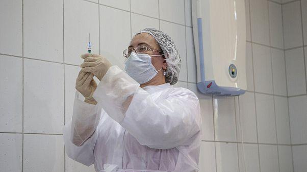 Rusya'da bir hekim bir doz Sputnik V aşısı hazırlarken