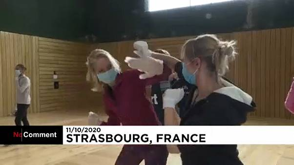 Frankreich: Weibliche Gewaltopfer üben Selbstverteidigungstechniken