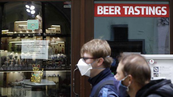 Menschen vor einer Bar in Prag, 11.10.2020