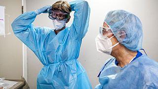 Hollanda'daki bir hastanede Covid-19 hastalarına bakmaya hazırlanan hekimler