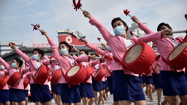 مشاركات في مهرجان بكوريا الشمالية يرتدين أقنعة للوقاية من الإصابة بفيروس كورونا
