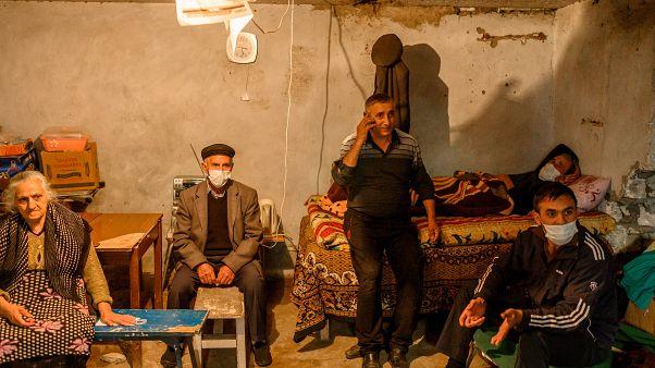 سكان قرية تيرير يحتمون في قبو مبنى من القصف