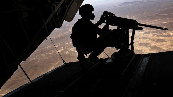 Afganistan'ın Helmand kentinde Taliban'a yönelik düzenlenen hava operasyonunda görev alan bir ABD'li asker (arşiv)