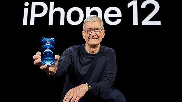 الرئيس التنفيذي لشركة آبل تيم كوك يعرض هاتف أيفون برو 12 الجديد